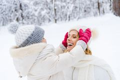 schöne glückliche tragende Hüte der Mutter und der Tochter und sich lächeln lizenzfreies stockbild