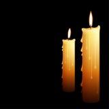 Schöne glühende Kerzen mit geschmolzenem Wachs Lizenzfreies Stockfoto