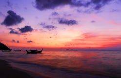 Schöne glühende Sonnenunterganglandschaft an Schwarzem Meer und am orange Himmel über ihr mit goldener Reflexion der ehrfürchtige lizenzfreies stockfoto
