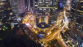 Schöne Glühenlichter auf Landstraße und Wolkenkratzern Stockfoto