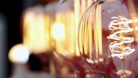 Schöne Glühglasbirnen flackern stock video