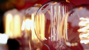 Schöne Glühglasbirnen flackern stock footage