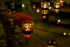 Schöne glasige Kerzenhalter auf Stand Lizenzfreie Stockbilder