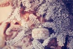 Schöne Glaskugel auf dem Weihnachtsbaum Stockbild