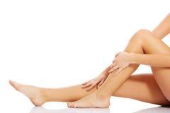 Schöne, glatte weibliche Beine. Stockfotos