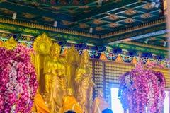 Schöne goldene Buddha-Statue im chinesischen Tempel Thailand Stockbilder