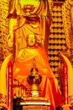 Schöne goldene Buddha-Statue im chinesischen Tempel Thailand Stockbild