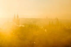 Schöne goldene Landschaft von nebelhaftem Stadtbild weichen Prag-Morgens Stockbild