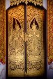 Schöne goldene thailändische Malerei auf der Tür im tample Lizenzfreie Stockfotografie
