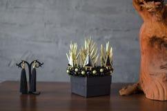 Schöne Goldfarbmodekrone mit schwarzen Edelsteinen und Thor lizenzfreie stockfotografie