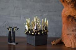 Schöne Goldfarbmodekrone mit schwarzen Edelsteinen und Thor stockfoto