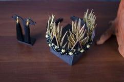 Schöne Goldfarbmodekrone mit schwarzen Edelsteinen und Thor lizenzfreies stockbild