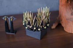 Schöne Goldfarbmodekrone mit schwarzen Edelsteinen und Thor lizenzfreie stockbilder