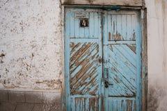 schöne grün-blaue Tür des Hintergrundes und der Beschaffenheit am Bürgersteig, alte Stadt Stockbild
