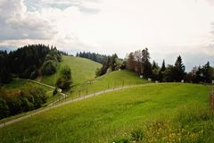 Schöne grüne Alpen und Hügel nahe Bregenz, Österreich an P Stockfotografie