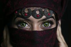 Schöne grüne Augen der arabischen Frau lizenzfreie stockfotos