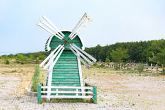 Schöne grüne und weiße Mühle Lizenzfreie Stockfotografie