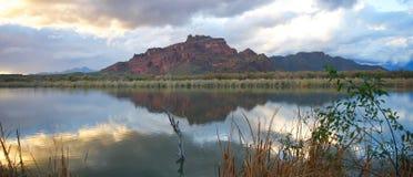 Schöne grüne Wüsten-Berge mit ruhigem Fluss Stockfoto