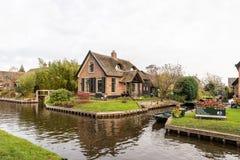 Schöne grüne Winterszene von schmalen Kanälen und von Wohngebäuden mit Booten lizenzfreie stockbilder