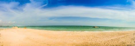 Schöne 180-Grad-Panoramaansicht des weißen Sandstrandes und -BLAUS Stockfoto