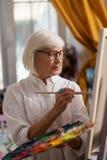 Schöne Greisin, die Inspiration und das Malen hat lizenzfreies stockbild
