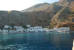 Schöne griechische blaue und weiße Häuser auf den Ufern von Kreta im Mittelmeer stockbild