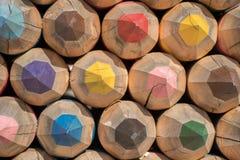 Schöne große Bleistifte von verschiedenen Farben von den Klotz von tre Lizenzfreie Stockbilder