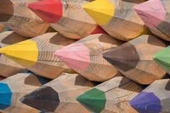 Schöne große Bleistifte von verschiedenen Farben von den Klotz von tre Lizenzfreie Stockfotografie