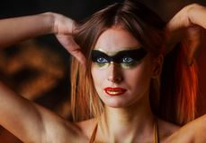 Schöne große junge blonde Frau mit künstlerischem goldenem Make-up Stockfoto