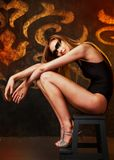 Schöne große junge blonde Frau mit künstlerischem goldenem Make-up Stockbilder