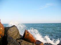 Schöne große Steine auf der Küste Stockbilder