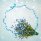 Schöne Gruß-Karte mit Vergissmeinnichten der wilden Blumen Stockfotografie