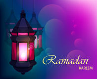 Schöne Grußkarte Ramadan Kareems mit traditioneller arabischer Laterne auf unscharfem purpurrotem Hintergrund Stockfotos