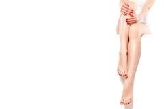 Schöne gut-gepflegte Frau mit roter Maniküre lizenzfreie stockfotos