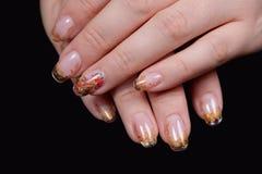 Schöne Hände, die Nägel zeigen Stockfoto