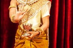 Schöne Hände von Apsara-Khmer tanzen, das Ramayana-Epos darstellend Helle funkelnde Hintergründe Phnom Penh, Kambodscha lizenzfreies stockbild
