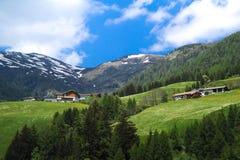 Schöne Häuser über fantastischem Mountain View am sonnigen Tag in Italien Stockfoto