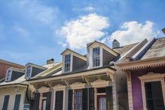 Schöne Häuser und blauer Himmel Stockfotografie