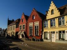 Schöne Häuser und Kanäle in Brügge stockfotografie