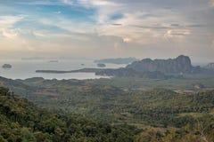 Schöne Höhepunktansicht Thailands, zum des Waldes, der Berge und des Ozeans zu grünen Stockbild
