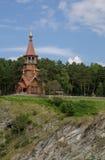 Schöne hölzerne christliche orthodoxe Kirche auf der Bank des r Lizenzfreie Stockfotos