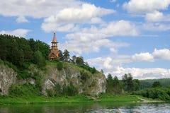 Schöne hölzerne christliche orthodoxe Kirche auf der Bank des r Stockfotos