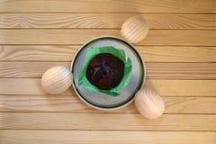 Schöne hölzerne Ostereier und kleiner Kuchen Lizenzfreie Stockfotos