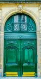 Schöne hölzerne Tür des französischen Gebäudeeingangs in Paris Stockfoto