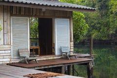 Schöne hölzerne Terrasse oder Balkon mit Stuhl zwei nahe Strand, Thailand Stockfoto