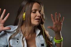 Schöne hörende Musik der jungen Frau Lizenzfreie Stockfotografie