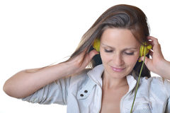 Schöne hörende Musik der jungen Frau stockbild