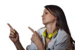 Schöne hörende Musik der jungen Frau lizenzfreie stockbilder