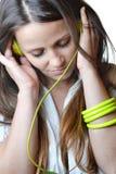 Schöne hörende Musik der jungen Frau lizenzfreie stockfotos