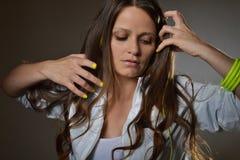 Schöne hörende Musik der jungen Frau stockfotos